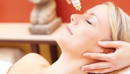 Frau erhält kosmetische Anwendung