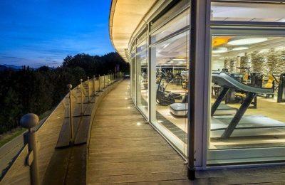 Blick auf moderne Fitnessgeräte