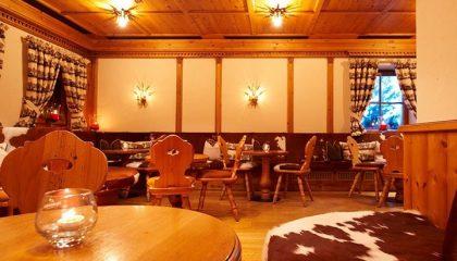 Typisch bayerische Sitzmöbel im Restaurant