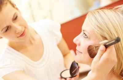Frau erhält Beautyanwendung