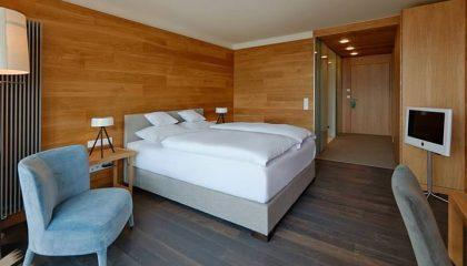 Bett im Doppelzimmer Alpin zur Südseite 2