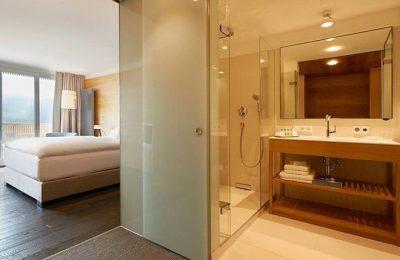 Bad im Doppelzimmer Alpin Südseite