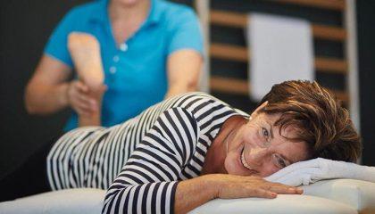 Dame macht Sport mit Therapeutin