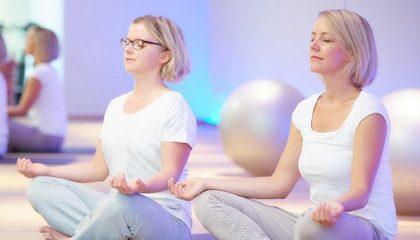 Zwei Frau entspannen bei Meditation