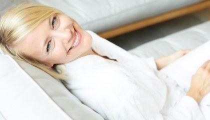 Frau entspannt im Ruheraum