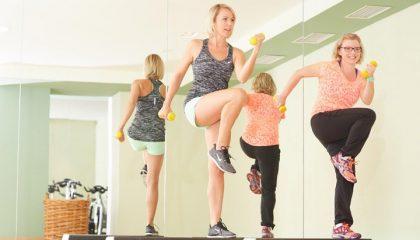 Frauen machen gemeinsam Sport