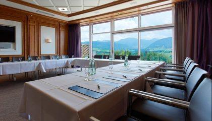 Tisch in U-Form mit vielen Stühlen für Tagungen