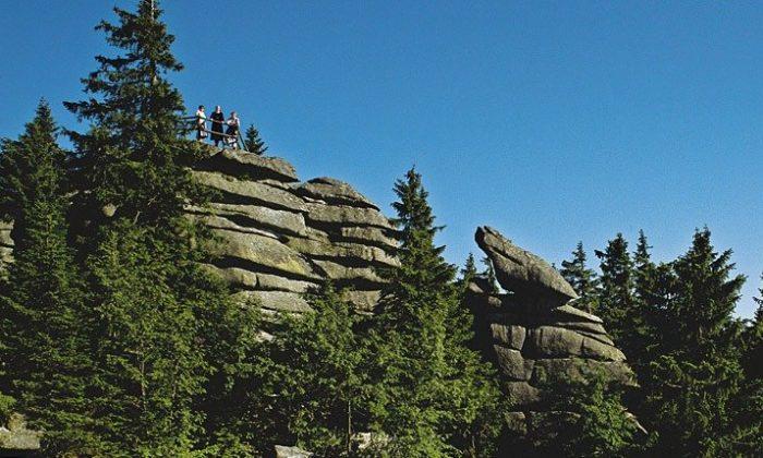 Menschen klettern auf Felsen