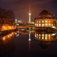 Beleuchtet Gebäude an der Spree in der Nacht
