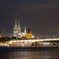 Kölner Dom und Stadt bei Nacht beleuchtet.