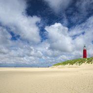Roter Leuchtturm am Strand der Nordsee