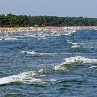 Menschen schwimmen am Badestrand an der Ostsee