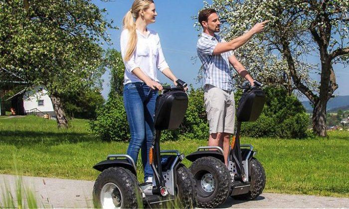 Paar fährt auf Segway durch die Natur
