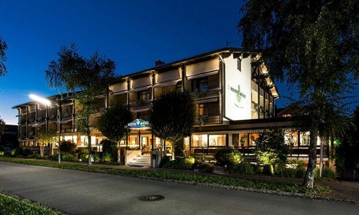 Das beleuchtete Hotel am Abend