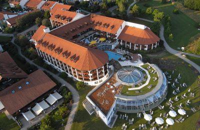 Hotel Fürstenhof mit Außenpool am Tag in der Übersicht