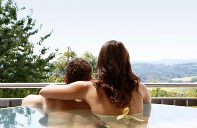 Paar entspannt im Whirlpool und genießt Ausblick