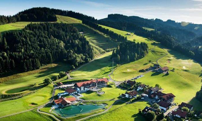 Luftaufnahme mit Überblick über das gesamte Hotelgelände und Natur