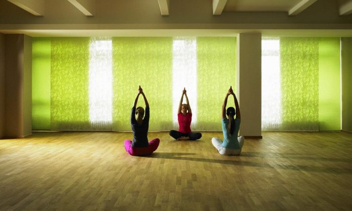 Drei Frauen machen Yoga