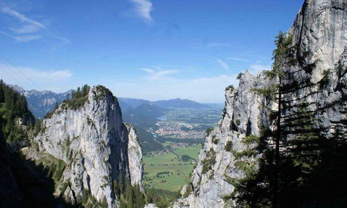 Panoramablick über das Allgäu mit Felsen, Tälern und Stadt