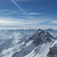 Blick vom Matterhorn auf die verschneiten Alpen