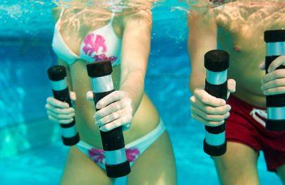 Mann und Frau machen Aqua Gymanstik