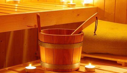 Rötlich beleuchtete Sauna im Kerzenlicht