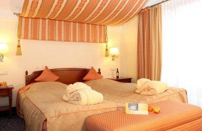 Bett im Zimmer Liebesglück