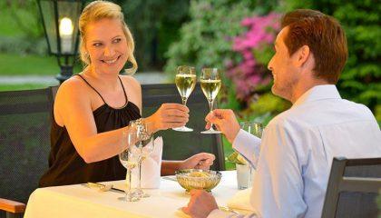 Paar stößt bei romantischem Dinner zusammen an