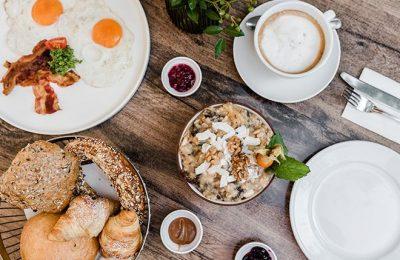 Vielseitiges Frühstücksmenü von oben