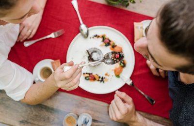 Paar speist gemeinsam