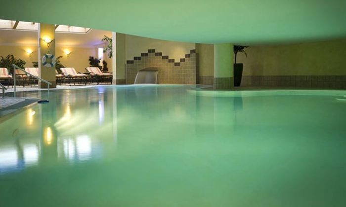 beleuchteter Indoor Pool