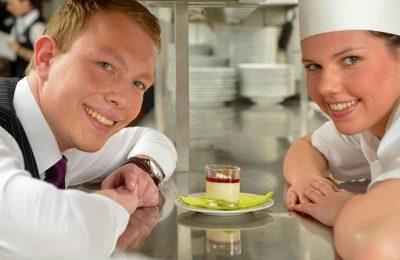 Mann und Frau vom Küchenteam