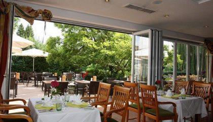 Offenes Restaurant mit Terrasse im Sommer
