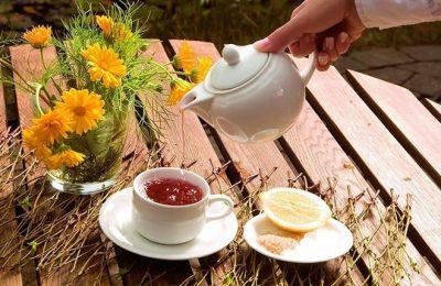 Person schenkt Tee ein