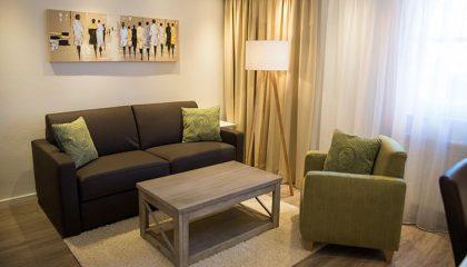 Wohnbereich mit dunklen Möbeln