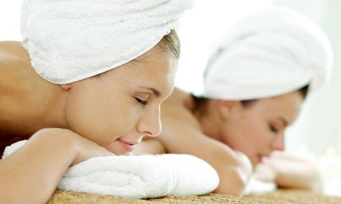 Zwei Frauen in weißen Handtüchern genießen Massage