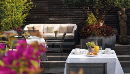 Für Frühstück gedeckter Tisch mit Orangensaft