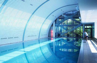 Blau beleuchtetes Schwimmbad