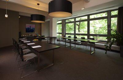 Langer Tisch für große Tagungen