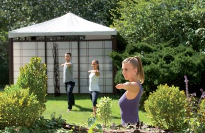Eine Gruppe Menschen macht zusammen Yoga