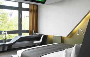 Fernseher und Bett in einem Zimmer
