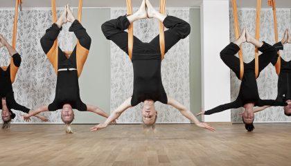 Menschen machen Yoga an Gummibändern