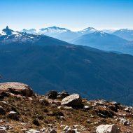 Mann auf Mountainbike genießt Ausblick über den Bayerischen Wald