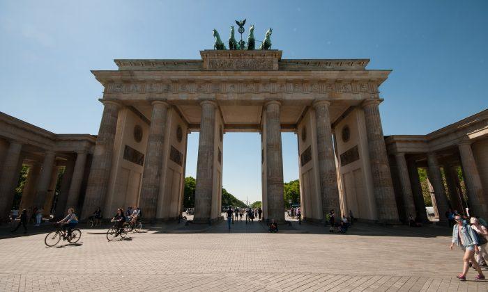 Das Brandenburger Tor an sonnigem Tag vor blauem Himmel