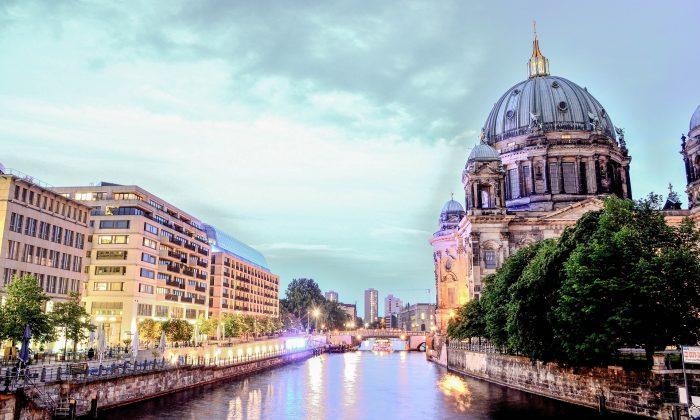 Blick auf die Spree und den Berliner Dom am frühen Abend
