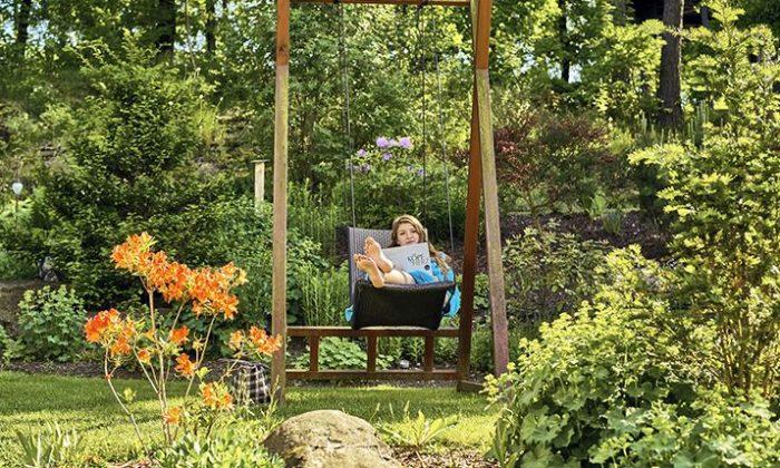 Frau entspannt im Wellness Garten in Hotel Birkenhof