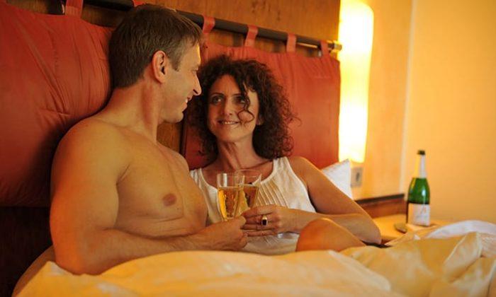 Paar entspannt mit Sekt
