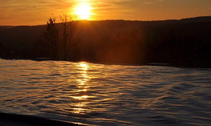 Dachpool bei Sonnenuntergang im Hotel Birkenhof