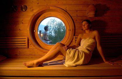 Frau entspannt in der Blockhaussauna