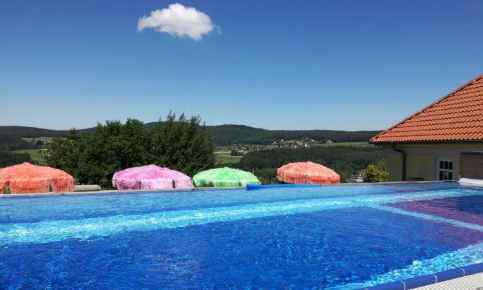Pool auf dem Dach vor blauem Himmel